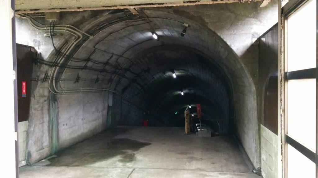 地下へのトンネル